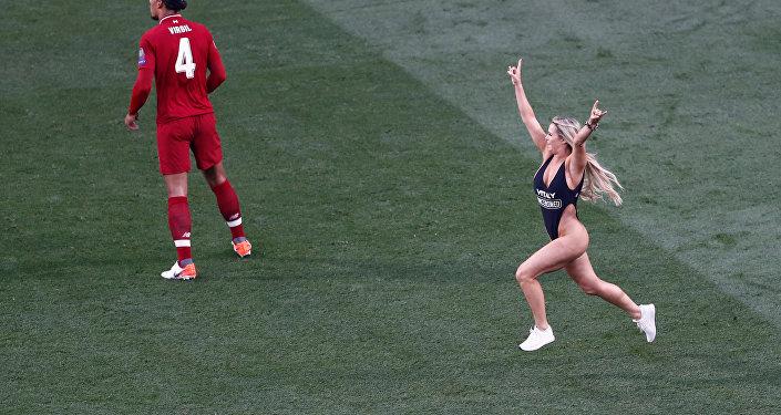 مشجعة تقتحم مباراة ليفربول وتوتنهام