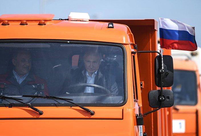 افتتاح ممر للسيارات على جسر القرم، روسيا