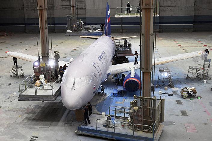 شركة آيروفلوت - عملية دهان طائرة سوخوي سوبر جيت 100 الجديدة