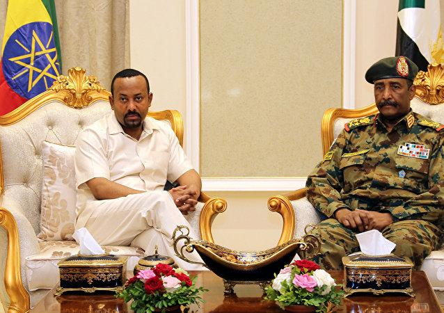 رئيس الوزراء الإثيوبي أبي أحمد يلتقي رئيس المجلس العسكري الانتقالي السوداني الفريق عبد الفتاح البرهان للتوسط في الأزمة السياسية