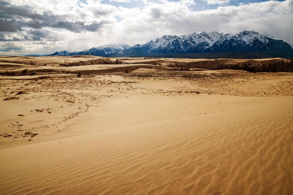 """صحراء تشارا أو """"رمال تشارا"""" وسط سيبيريا في الشرق وشمال شرق روسيا 1041580747"""