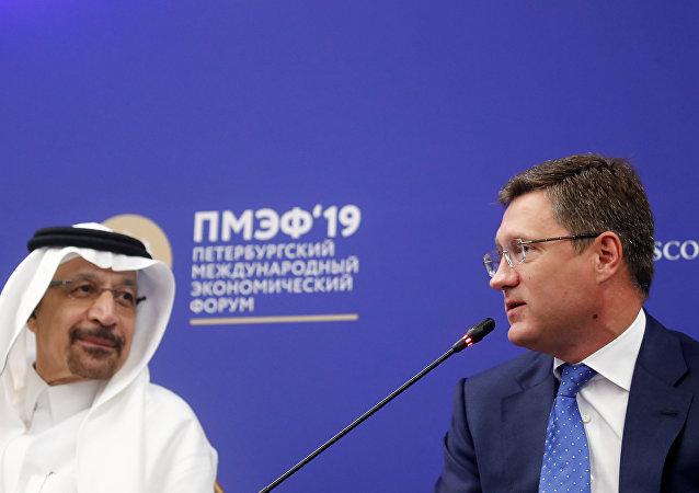 وزير الطاقة الروسي، ألكسندر نوفاك، ونظيره السعودي خالد الفالح، في منتدى سان بطرسبورغ الاقتصادي الدولي، 7 يونيو/ حزيران 2019