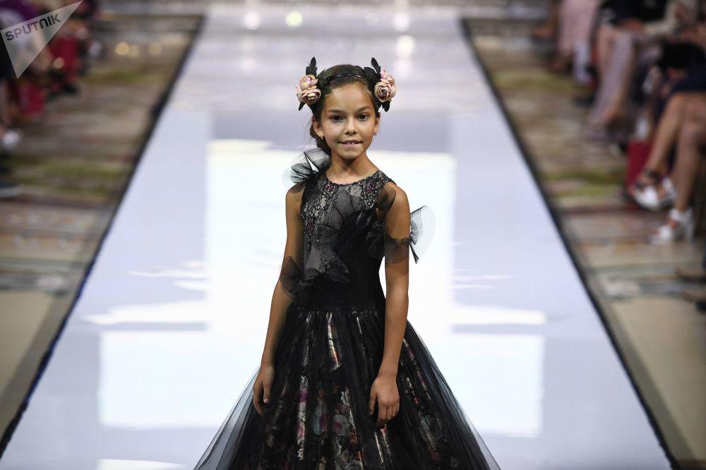 عرض أزياء أيام الموضة العربية (Al Arabia Fashion Days) في إطار أسبوع الأزياء العربية في موسكو - عرض مجموعة من تصاميم كيبوفسكايا (Kibovskaya)
