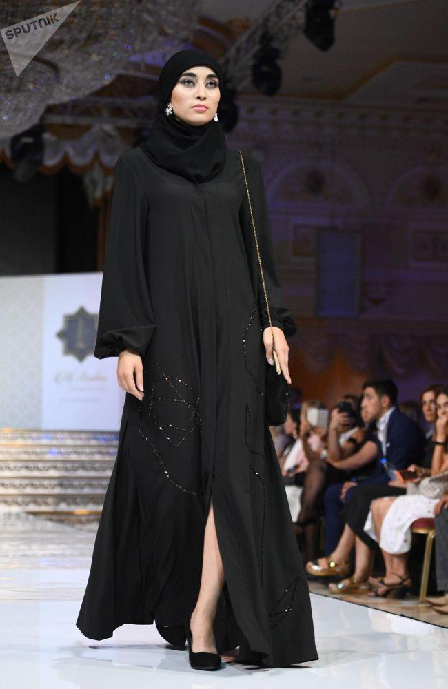 عرض أزياء أيام الموضة العربية (Al Arabia Fashion Days) في إطار أسبوع الأزياء العربية في موسكو - عرض مجموعة من تصاميم نايرة أروتيانيان (Naira Arutyunian)