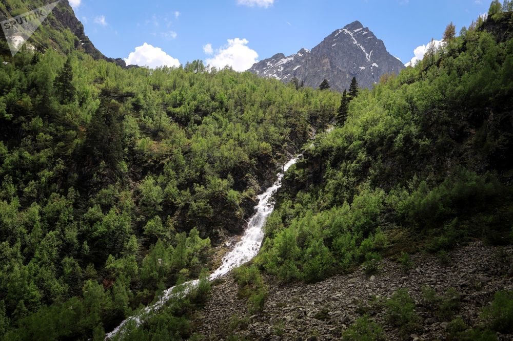 شلال أورليونوك في أراضي وادي صوفيا في جمهورية كراتشاي - تشركيسيا
