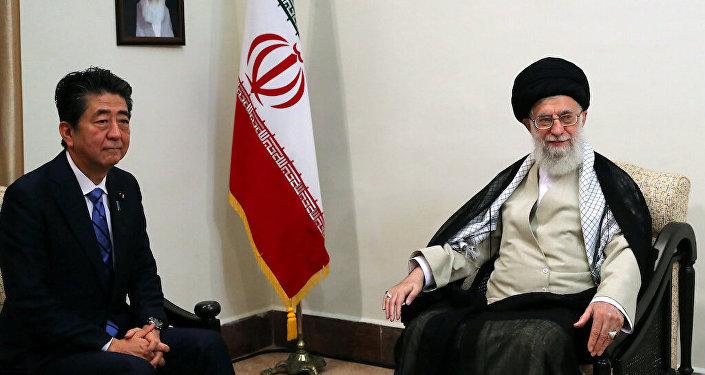 الزعيم الإيراني الأعلى، آية الله علي خامنئي اليوم الخميس خلال لقائه رئيس الوزراء الياباني، آبي شينزو