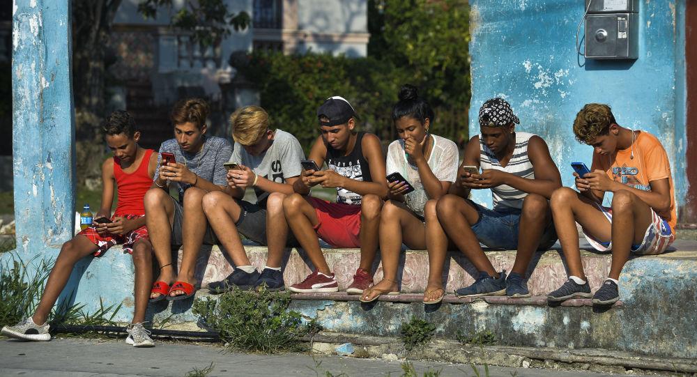 شباب كوبيون مع هواتف محمولة في شارع هافانا، 6 يونيو/ حزيران 2019