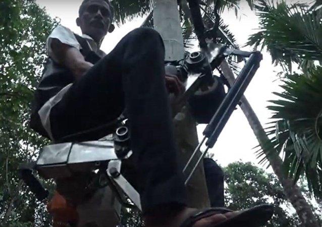 مزارع يتسلق الأشجار بواسطة دراجته النارية بعد تحويلها