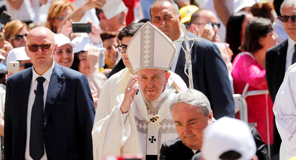 بابا الفاتيكان البابا فرنسيس خلال زيارته لمدينة كاميرينو بوسط إيطاليا، 16 يونيو/حزيران 2019