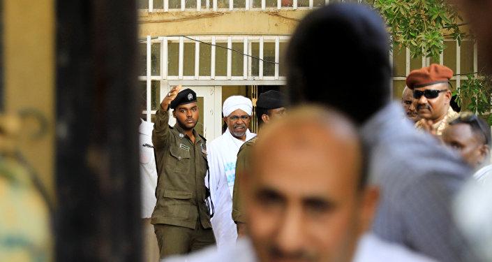 الرئيس السوداني السابق عمر البشير يغادر مكتب المدعي العام لمكافحة الفساد في الخرطوم