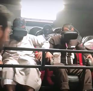 يمني يرتدي نظارات الواقع الافتراضي