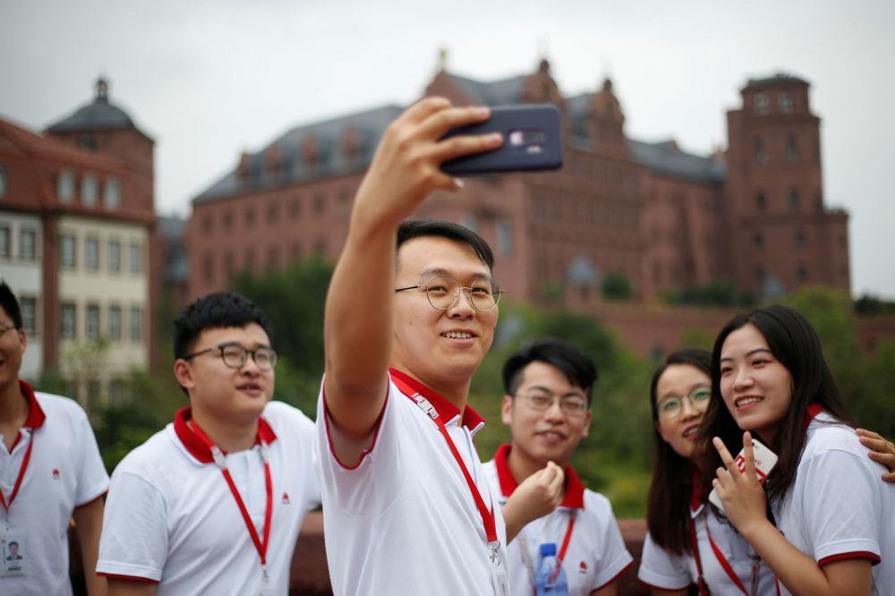 موظفون جدد لشركة هواوي يمارسون الرياضة، في الحرم الجديد لـ هواوي سونغشان ليك نيو كامبوس (Huawei Songshan Lake New Campus)، 31 مايو/ أيار  2019
