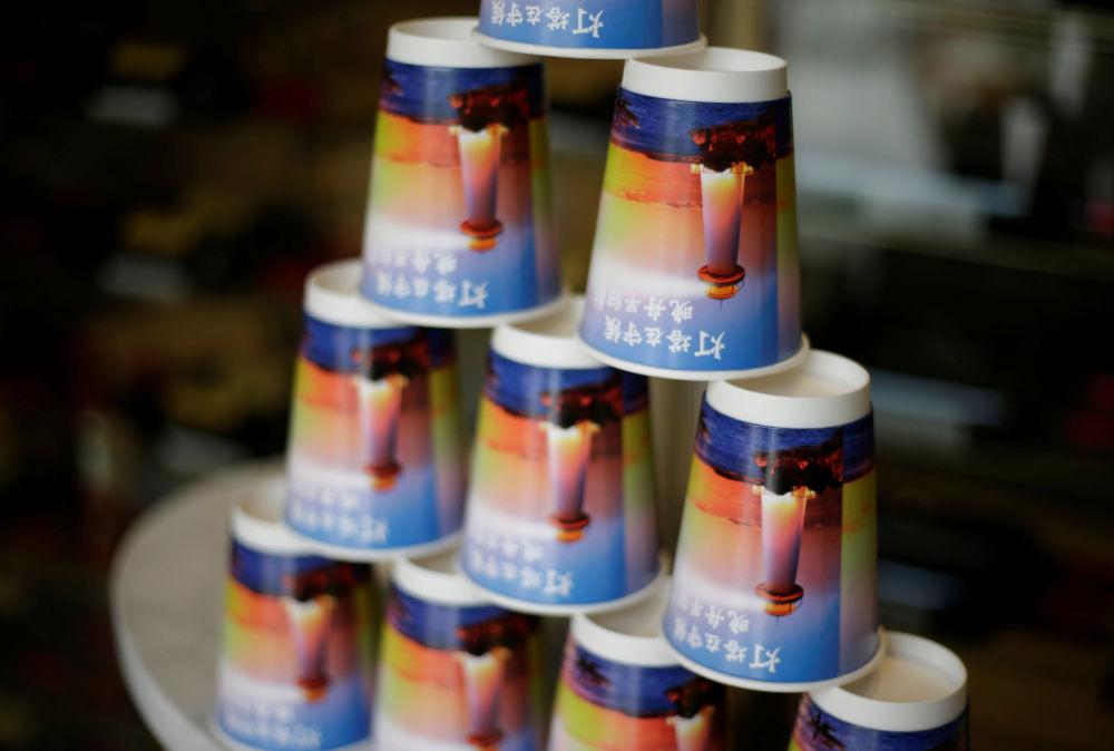 كاسات قهوة مكتوب عليها المنارة تنتظر مركبها المسائي، الحرم الجديد لـ هواوي سونغشان ليك نيو كامبوس (Huawei Songshan Lake New Campus)، 31 مايو/ أيار  2019