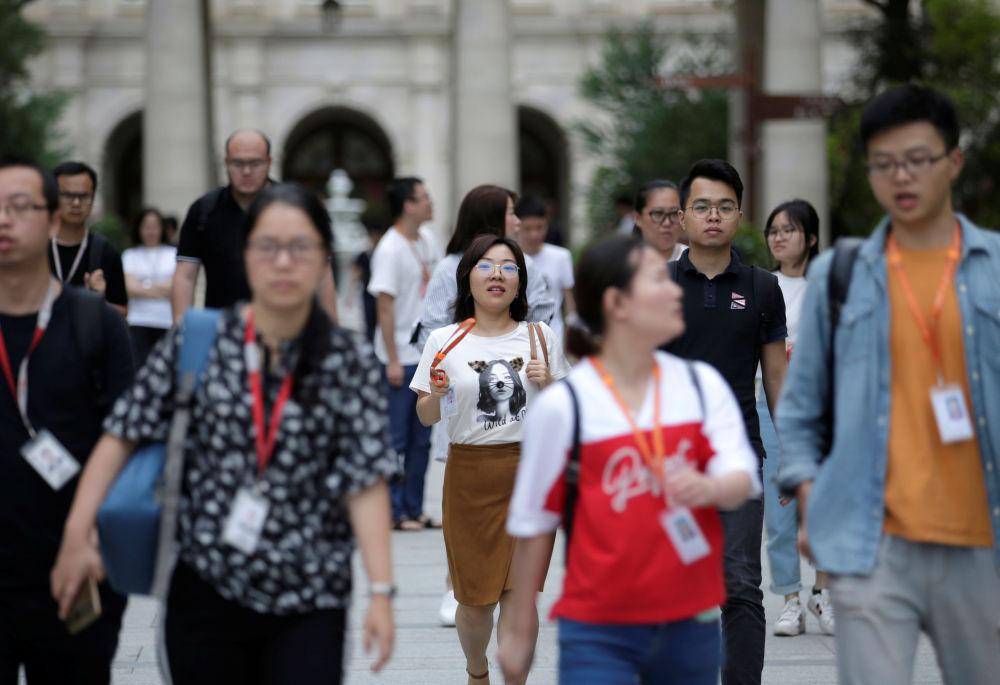 موظفو شركة هواوي يغادرون العمل، في الحرم الجديد لـ هواوي سونغشان ليك نيو كامبوس (Huawei Songshan Lake New Campus)، 30 مايو/ أيار  2019