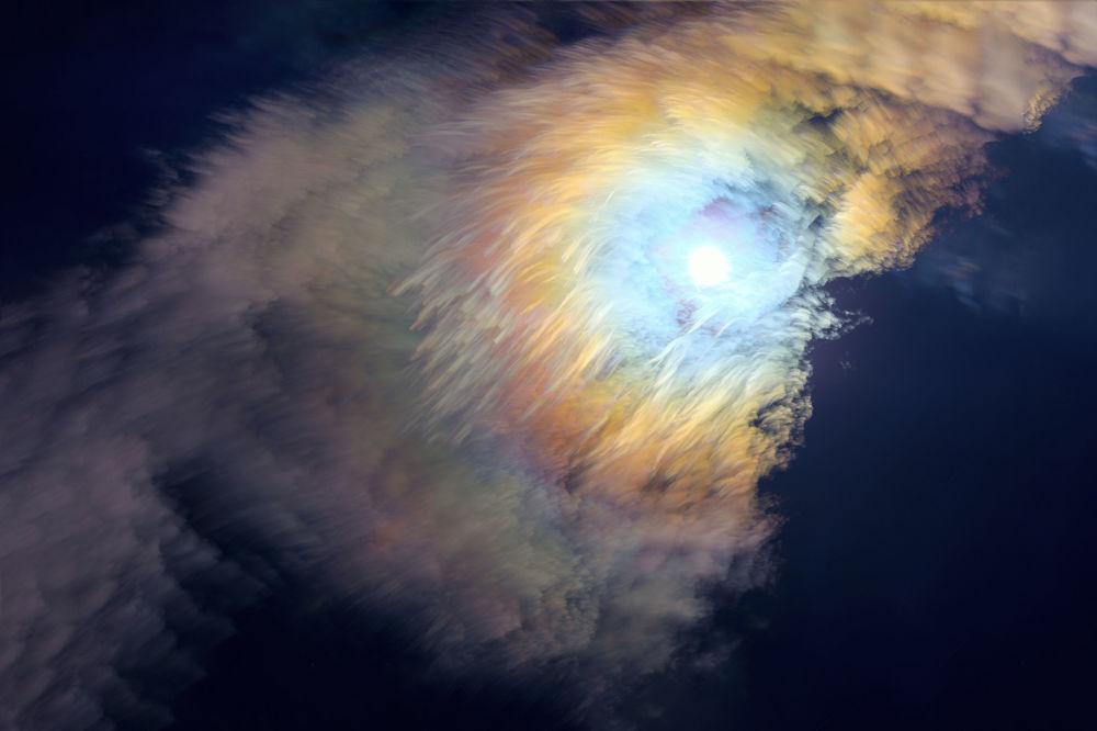 صورة بعنوان ريشة القمر بسبعة ألوان من قبل المصور الصيني يمينغ لي، ضمن القائمة القصيرة في مسابقة التصوير الفلكي الفوتوغرافي للعام 2019