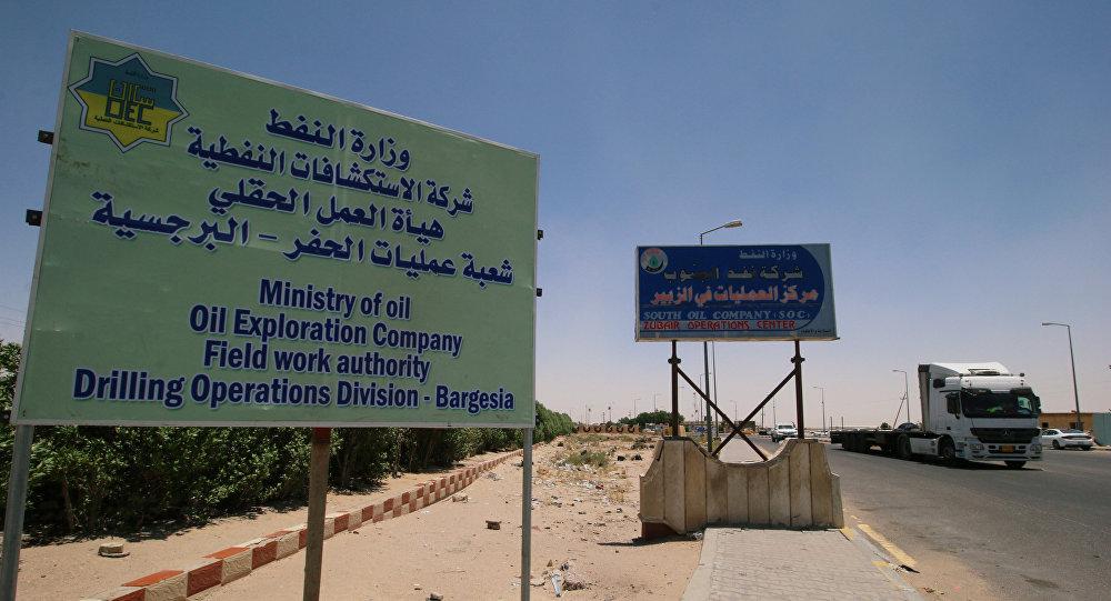 لافتة وزارة النفط عند مدخل حقل الزبير النفطي بعد أن ضرب صاروخ موقع مقر العمليات لعدة شركات نفط في منطقة برجيسيا في البصرة