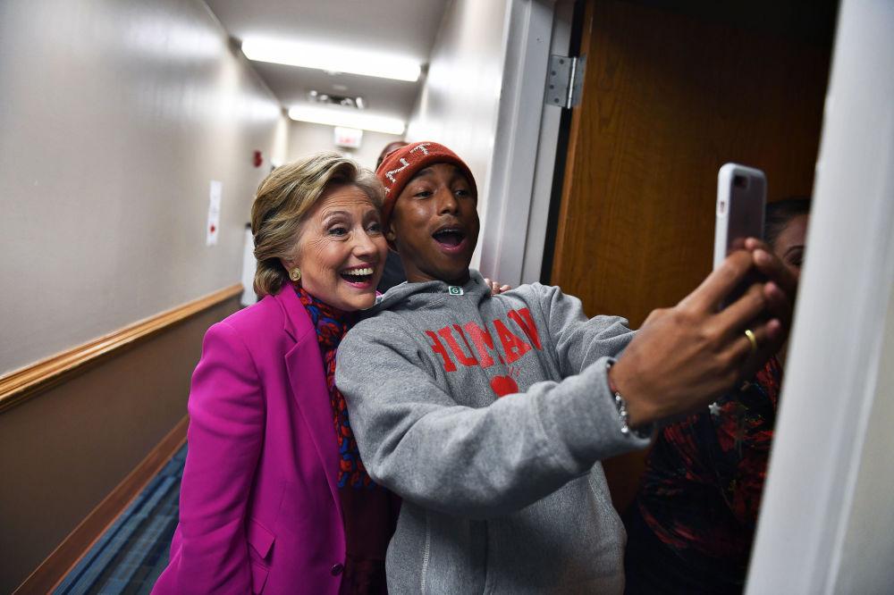 صورة سيلفي مع المرشحة للرئاسة الأمريكية هيلاري كلينتون، 2016