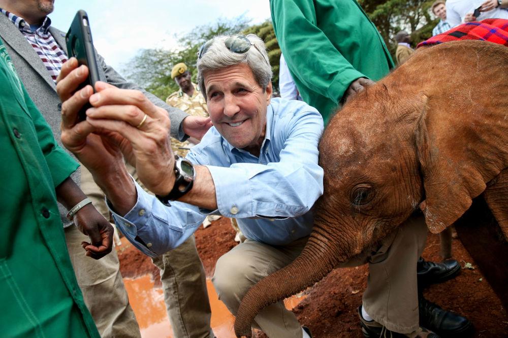 صورة سيلفي وزير الخارجية الأمريكي السابق جون كيري، 2015