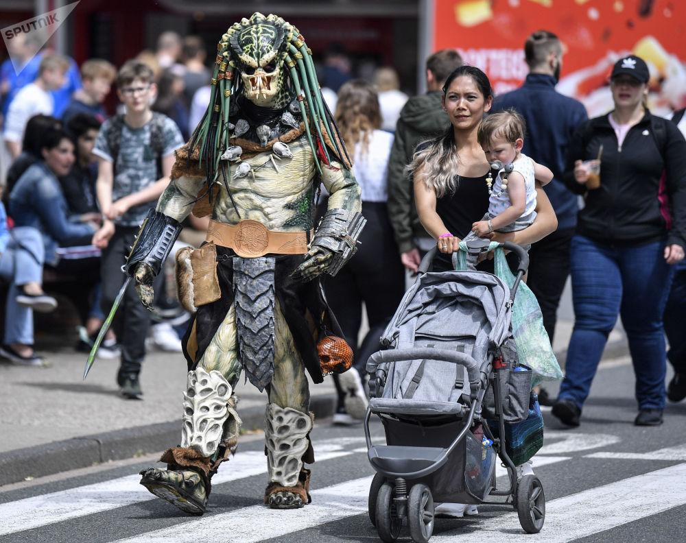 شخص يرتدي زي شخصية سينمائية بريداتور في بوتروب، ألمانيا، 15 يونيو/ حزيران 2019