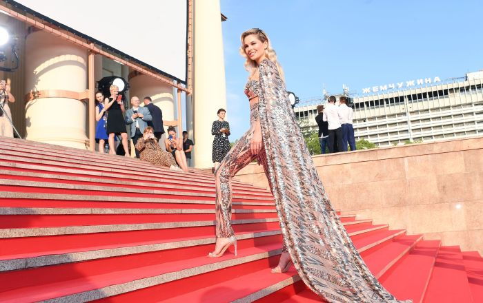 الممثلة ناتاليا باردو في على السجادة الحمراء خلال مراسم اختتام الحفل الـ 30 للمهرجان المفتوح للسينما الروسية كينوتافر