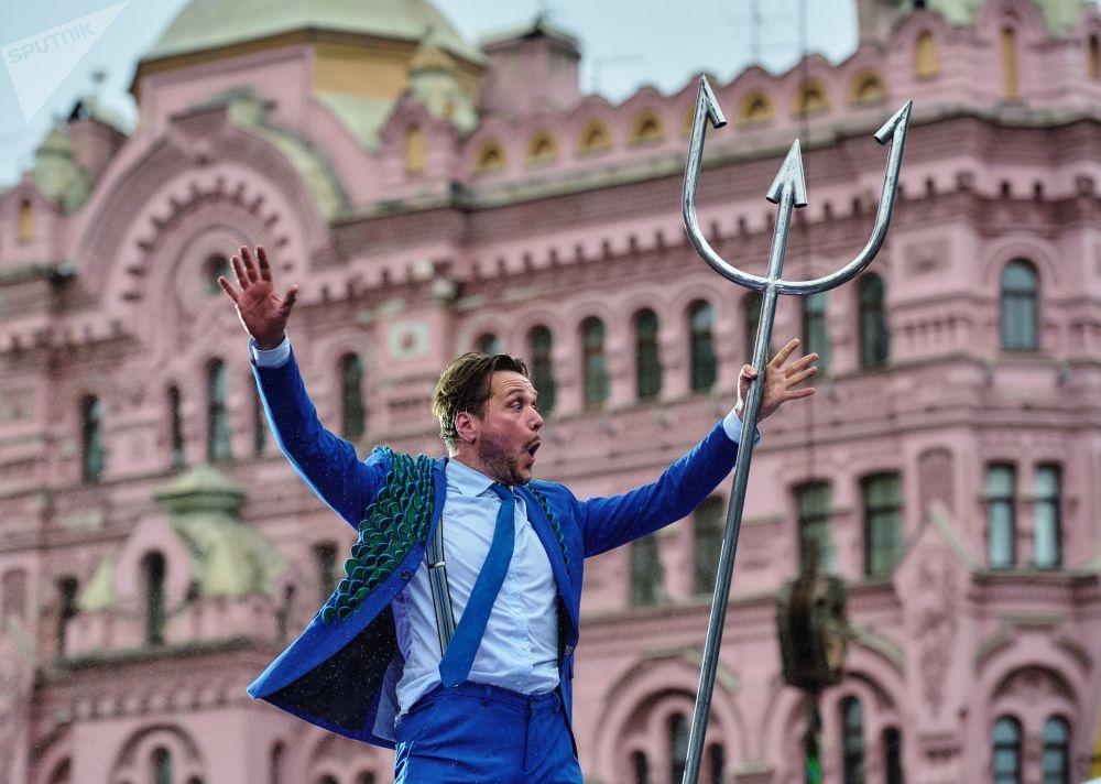 مشهد من أداء مسرحية الأوديسة من هولندا أثناء حفل افتتاحي في إطار أولمبياد المسرح الدولي في سانت بطرسبورغ