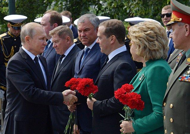 بوتين يضع إكليلا من الزهور على ضريح الجندي المجهول