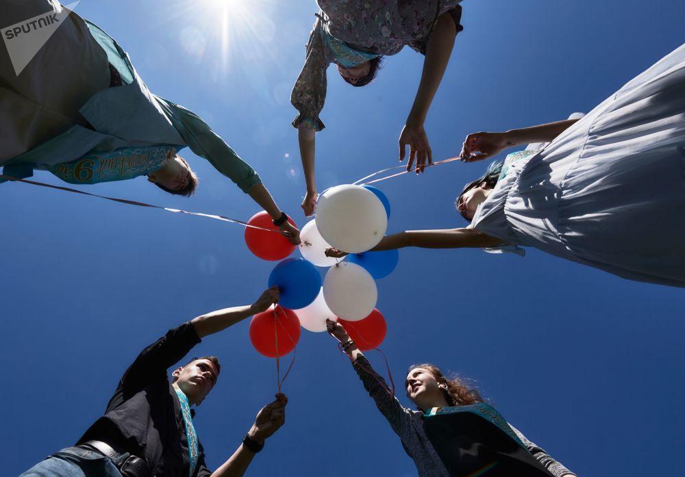 احتفال خريجي المدارس (طلاب الثانوية العامة) في مدينة سان بطرسبورغ