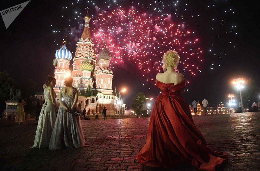 احتفالات خريجو طلاب المدراس (طلاب الثانوية) على الساحة الحمراء في موسكو