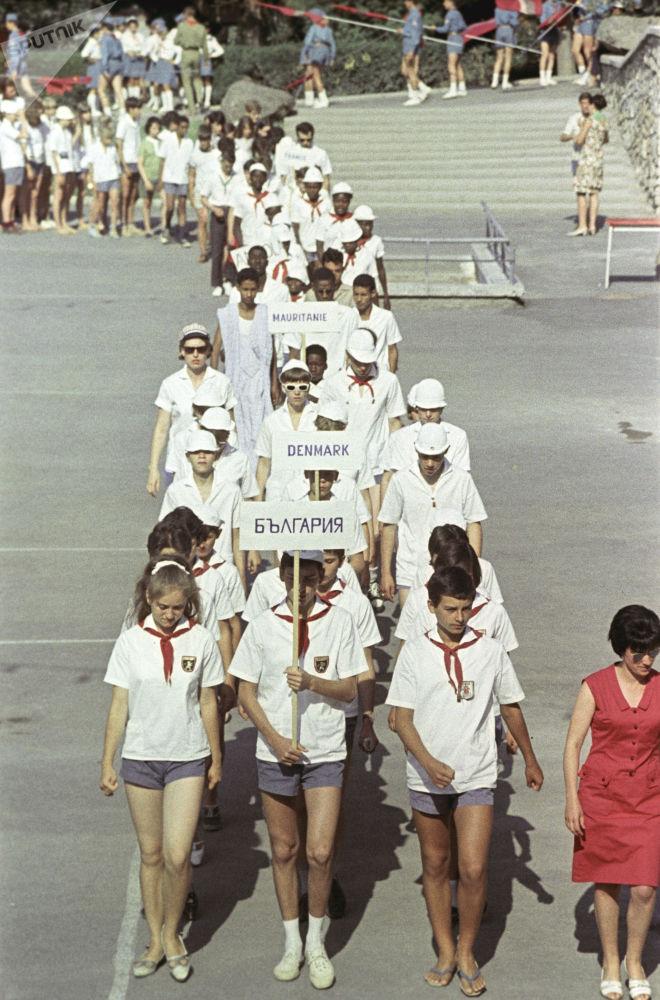 الاجتماع الـ111 للتخييم، أطفال من مختلف أنحاء العالم يصلون إلى مخيم عموم الاتحاد السوفيتي أرتيك باسم ف. إ. لينين، 1967