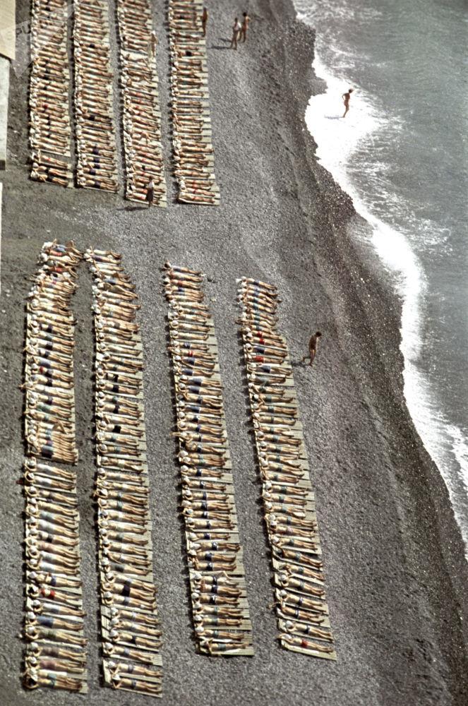 تلاميذ مدارس على شاطئ البحر الأسود بالقرم، في مخيم عموم الاتحاد السوفيتي أرتيك باسم ف. إ. لينين، 1963
