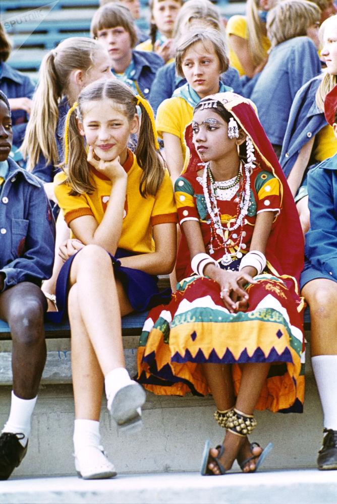 صبية سوفيتية وأخرى هندية في مخيم عموم الاتحاد السوفيتي أرتيك باسم ف. إ. لينين، 1978