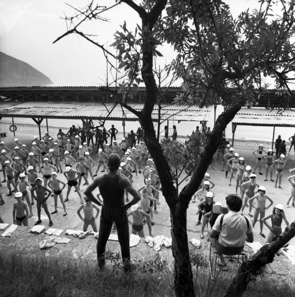 تماريان رياضية صباحية في مخيم عموم الاتحاد السوفيتي أرتيك باسم ف. إ. لينين، 1975 (والآن يسمى مركز الأطفال الدولي أرتيك في القرم)