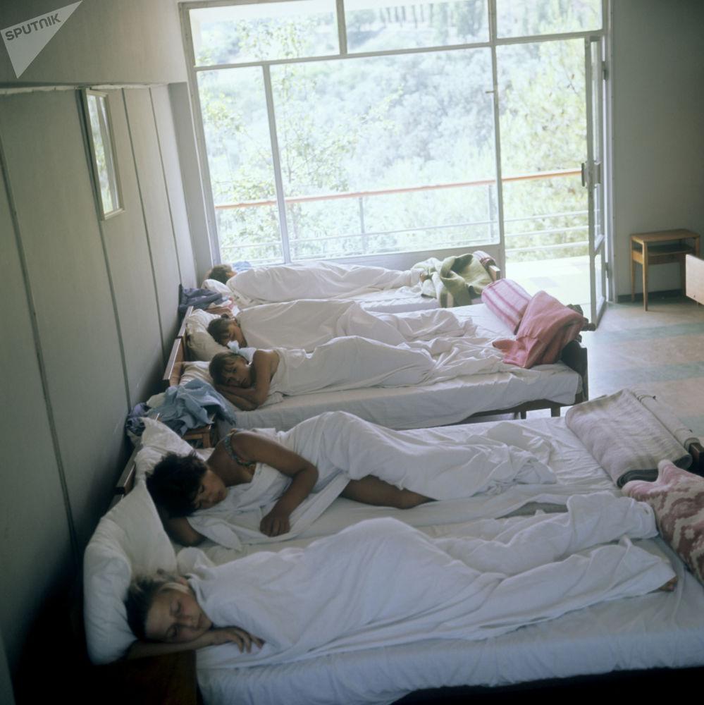 وقت القيلولة في مخيم عموم الاتحاد السوفيتي أرتيك باسم ف. إ. لينين، 1968 (والآن يسمى مركز الأطفال الدولي أرتيك في القرم)