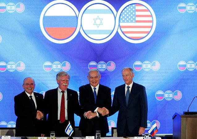 سكرتير مجلس الأمن الروسي، نيكولاي باتروشيف مع نظيريه الأميركي والإسرائيلي، جون بولتون و مئير بن شبات