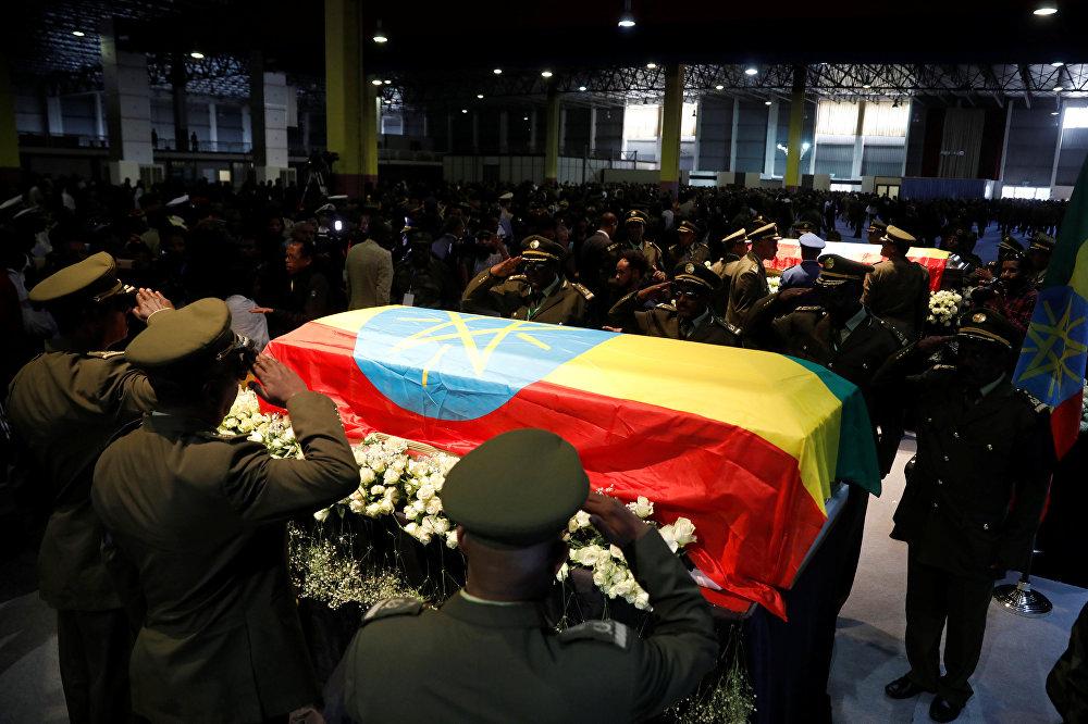 ضباط بالزي الرسمي حول جثمان رئيس أركان الجيش الإثيوبي