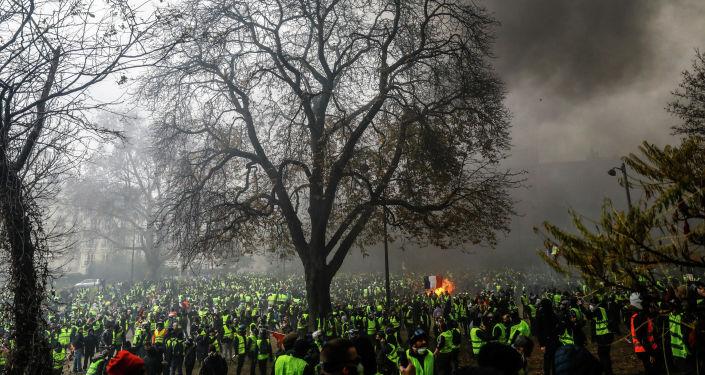 الصورة بعنوان من صراع إلى آخر، فئة الأخبار الرئيسية،  للمصور سمير الدومي من فرنسا