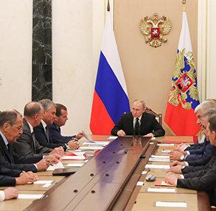 الرئيس فلاديمير بوتين ورئيس الوزراء ديمتري ميدفيديف خلال اجتماع مع الأعضاء الدائمين في مجلس الأمن للاتحاد الروسي
