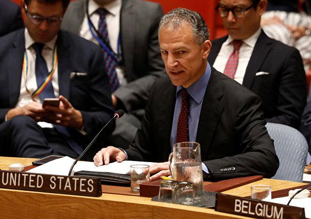 سفير الولايات المتحدة بالنيابة لدى الأمم المتحدة جوناثان كوهين يلقي كلمة أمام مجلس الأمن التابع للأمم المتحدة أثناء إطلاعه على تنفيذ القرار الذي أيد الاتفاق النووي الإيراني في مقر الأمم المتحدة في نيويورك