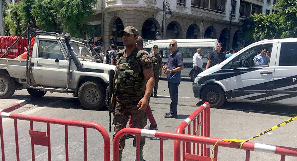 أحد أفراد قوات الأمن يقوم بتأمين موقع انفجار في شارع شارل ديغول بوسط تونس