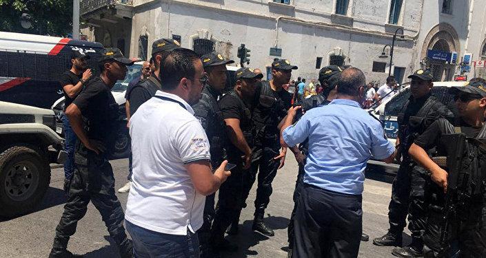 ضباط الشرطة يقفون في موقع الانفجار في شارع شارل ديغول بوسط تونس