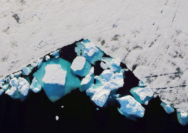 جبل جليدي يطفو في المضيق البحري بالقرب من بلدة تاسيلاك، غرينلاند 18 يونيو/ حزيران 2018