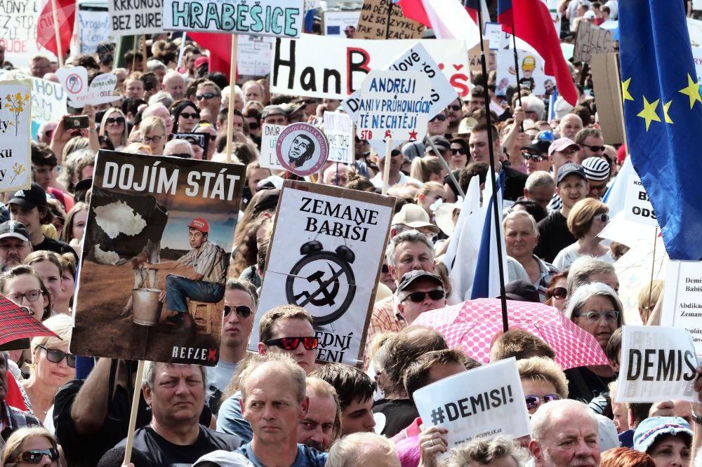 المشاركون في تظاهرة احتجاجية في براغ ضد رئيس الوزراء أندريه بابيش