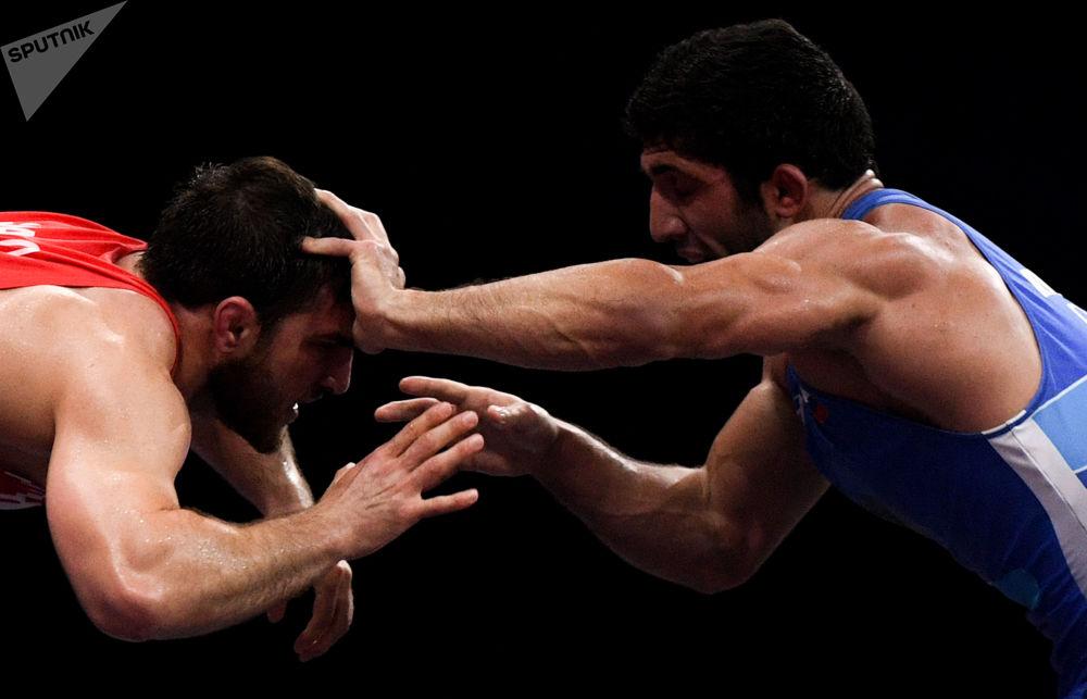 مصارع القتال الحر البيلاروسي علي شابانوف والروسي داورين كوروغلييف في نهائي مسابقة المصارعة الحرة للرجال في فئة الوزن حتى 86 كجم في دورة الألعاب الأوروبية الثانية في مينسك