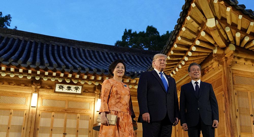 الرئيس الكوري الجنوبي مون جاي-إن وزوجته كيم جونج سوك والرئيس الأمريكي دونالد ترامب يلتقطان صورة قبل العشاء في البيت الرئاسي الأزرق في سيول بكوريا الجنوبية