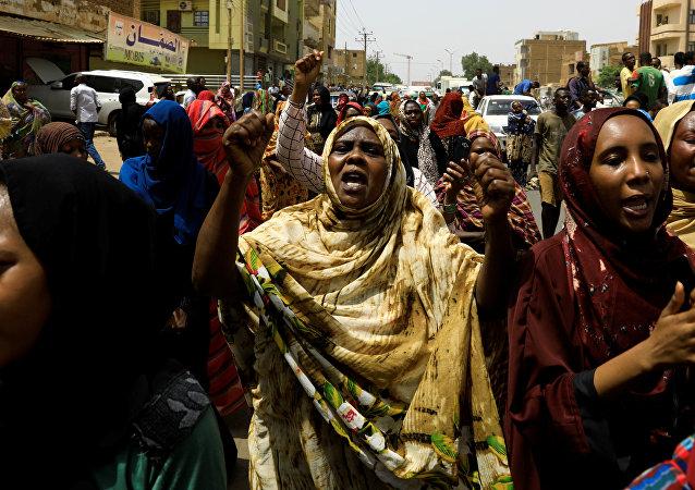 أهالي وأقارب ثلاثة سودانيين قتلوا بالرصاص يهتفون وهم يحملون الجثث في مدينة أم درمان