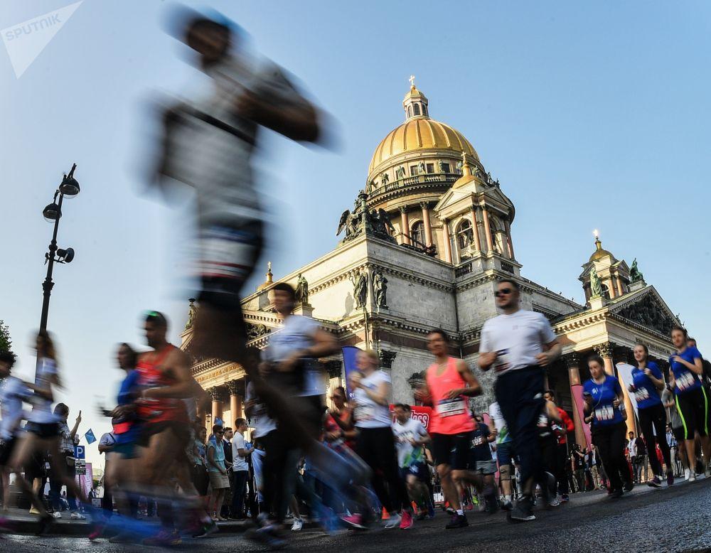 المشاركون في مهرجان السرعة SPIEF Drive في ساحة القديس إسحاق في سانت بطرسبرغ
