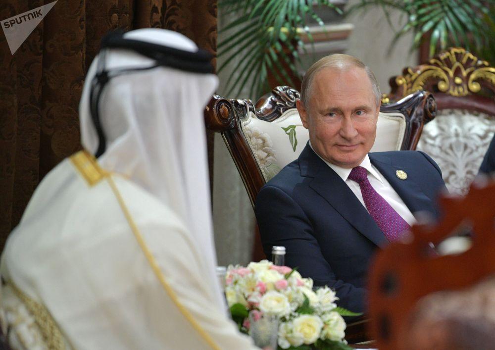 الرئيس فلاديمير بوتين خلال لقائه مع أمير قطر، تميم بن حمد آل ثاني، على هامش مؤتمر القمة المعني بالتفاعل وتدابير بناء الثقة في آسيا في دوشنبه، طاجيكستان