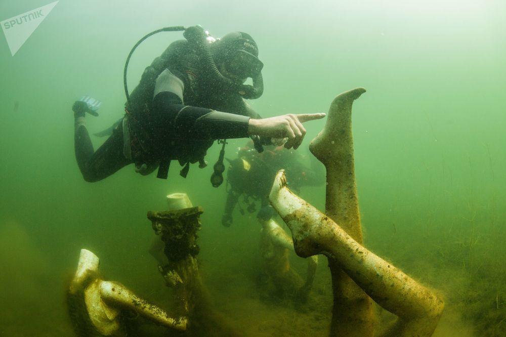 غواصون تحت الماء في محجر كونستانتينوفسك في منطقة تفير الروسية