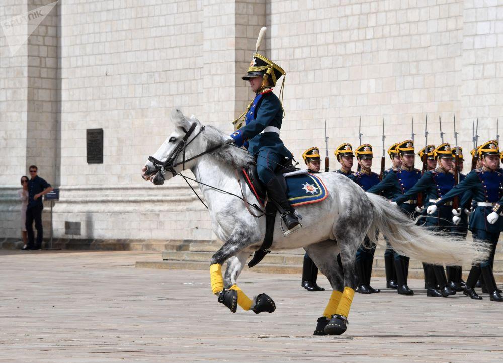 دراجون صغار من مدرسة الكرملين للفروسية أثناء مراسم عرض حرس وخيل الفوج الرئاسي في ساحة كاتدرائية الكرملين بموسكو