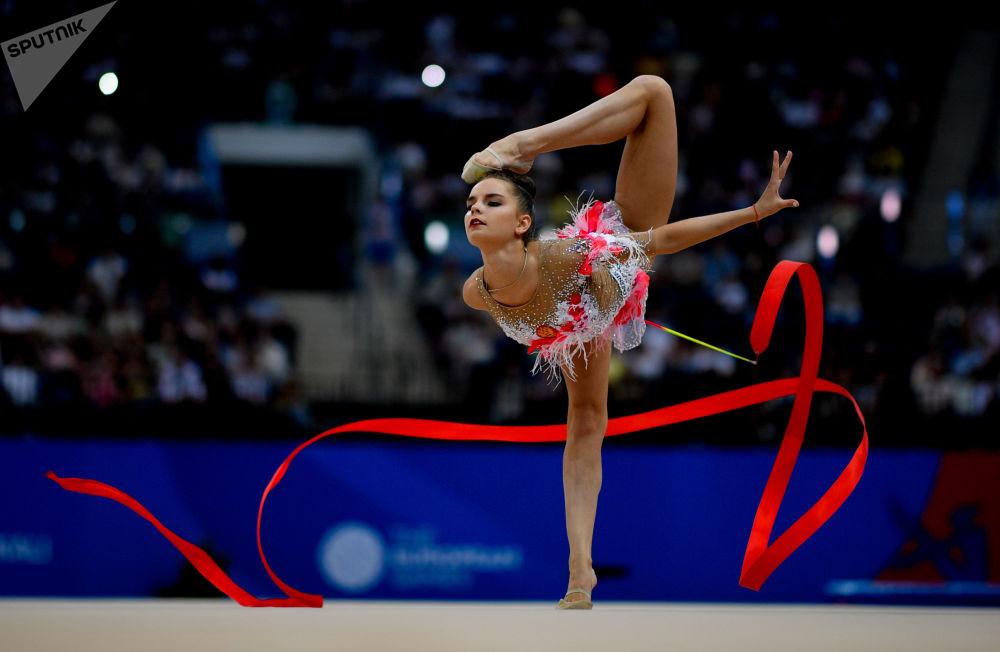 لاعبة الجمباز الروسية دينا أفيرينا تقدم فقرة مع جمباز مع شريط في نهائي مسابقة الجمباز الإيقاعي في بطولة الألعاب الأوروبية الثانية في مينسك